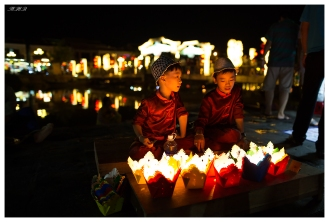 Kids selling lanterns, Hoi An. 5D3 | 24mm 1.4A | f1.4 | iso1250