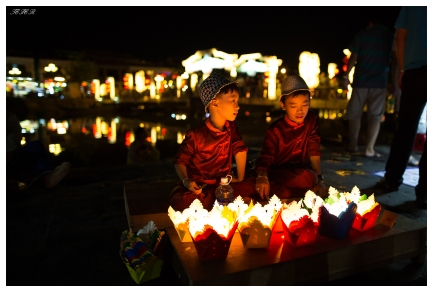 Kids selling lanterns, Hoi An. 5D3   24mm 1.4A   f1.4   iso1250