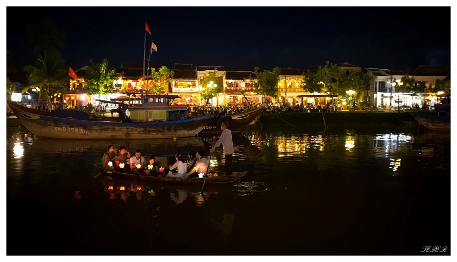 Another romantic evening in Hoi An. 5D3 | 24mm 1.4 Art | f1.4 | iso5000