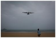 The aircraft fly straight over the beach. 5D Mark III | 35mm 1.4 Art